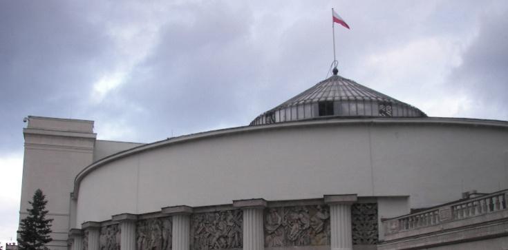 PiS dominuje. Poparcie partii Kaczyńskiego stabilne - zdjęcie
