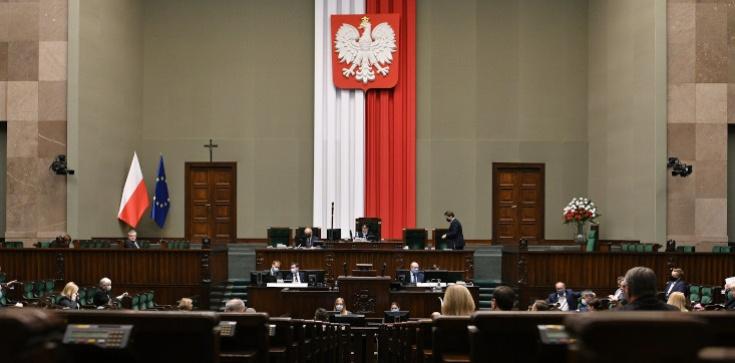 Sondaż. PiS mocno w górę. Konfederacja poza Sejmem - zdjęcie