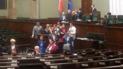 Bardziej surowe kary dla posłów blokujących prace Sejmu? Brak porozumienia między PiS a opozycją - miniaturka