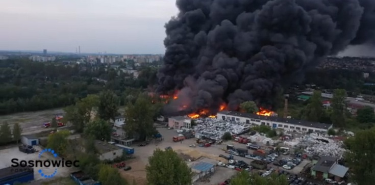 Potężny pożar w Sosnowcu. Słychać wybuchy  - zdjęcie