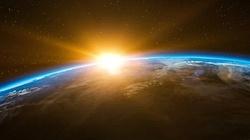Chcą ,,przyciemnić'' słońce pyłem, by walczyć z globalnym ociepleniem. Bill Gates dołącza do programu - miniaturka