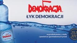 Gorąco ci? Łyknij sobie... demokracji! Kuriozalny pomysł KODziarzy (?) - miniaturka
