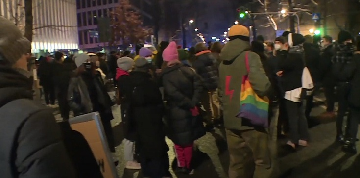 Strajk Kobiet. Policja zatrzymała 3 osoby, które wtargnęły do TK - zdjęcie