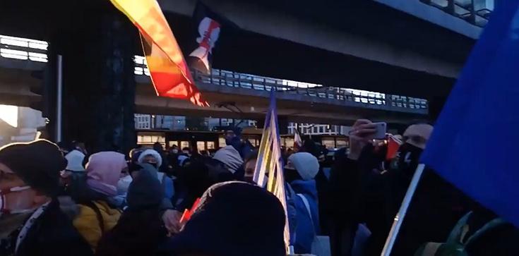 Warszawa. Kolejny nielegalny protest Strajku Kobiet [Wideo - na żywo] - zdjęcie