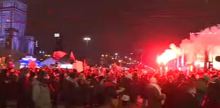 Warszawa. Strajk Kobiet blokuje Rondo Dmowskiego [Wideo] - zdjęcie