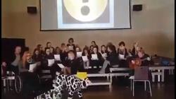 HIT! Nauczyciel przebrany za krowę chodzi na 4 łapach i buczy - miniaturka