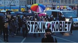 Strajk Kobiet znowu wszczyna zamieszki. Policja użyła gazu - miniaturka