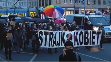 Nieoficjalnie: To uczestnicy ,,Strajku Kobiet'' zniszczyli drzwi kościoła w Warszawie - miniaturka