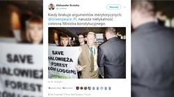 Skandal! Aktywiści zaatakowali ministra Szyszkę - wysypali mu na głowę trociny - miniaturka