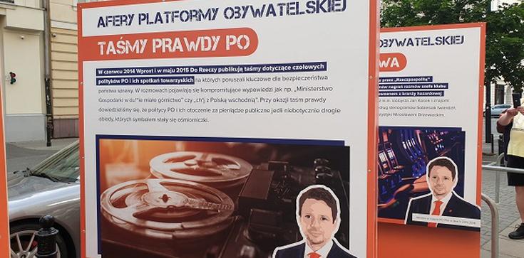 Rozliczenie Trzaskowskiego. Tablice przed siedzibą PO - zdjęcie