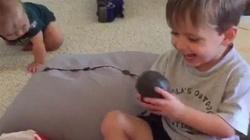 Przesłodka reakcja dziecka na straszny prezent! - miniaturka