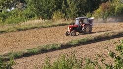 Cuda na Lubelszczyźnie: Rolnik śpi, a traktor sam obrabia pole - miniaturka