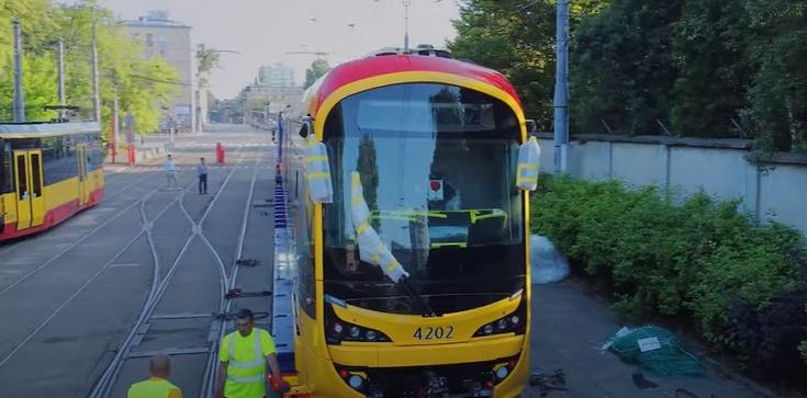 Kolejna fatalna inwestycja Trzaskowskiego? Koreańskie tramwaje nie mieszczą się na przystankach - zdjęcie