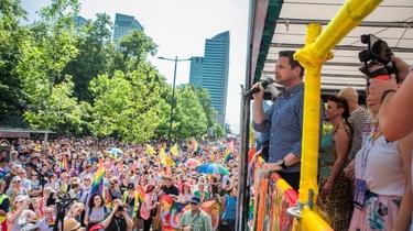 Trzaskowski wycofuje się z części obietnic z Karty LGBT - miniaturka