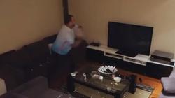 Zobacz jak zareagował, gdy mu żona wyłączyła telewizor KU PRZESTRODZE! - miniaturka