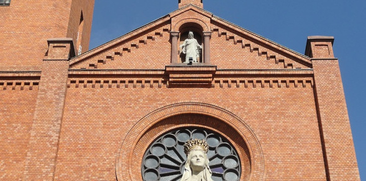 Dewastacja drzwi kościoła. Policja zatrzymała podejrzanych  - zdjęcie