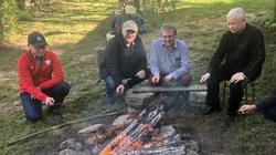 Nie ośmiorniczki, a... Kaczyński piecze kiełbaskę na ognisku. Tak odpoczywa lider PiS - miniaturka