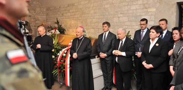 8. rocznica pogrzebu pary prezydenckiej. Politycy PiS oddali hołd śp. Lechowi i Marii Kaczyńskim - zdjęcie