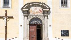 Horror w kościele Dusznikach-Zdroju! Napastnik mierzył do księdza z broni w trakcie Mszy - miniaturka