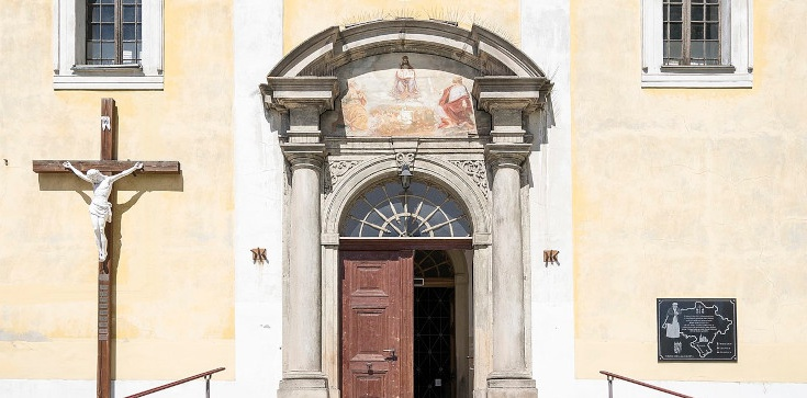Horror w kościele Dusznikach-Zdroju! Napastnik mierzył do księdza z broni w trakcie Mszy - zdjęcie