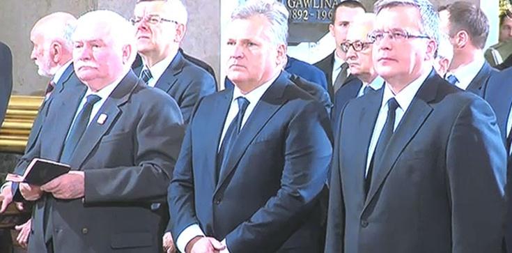 Byli prezydenci na baczność przed Wojciechem Jaruzelskim, mordercą Polaków. Teraz prawią morały - zdjęcie