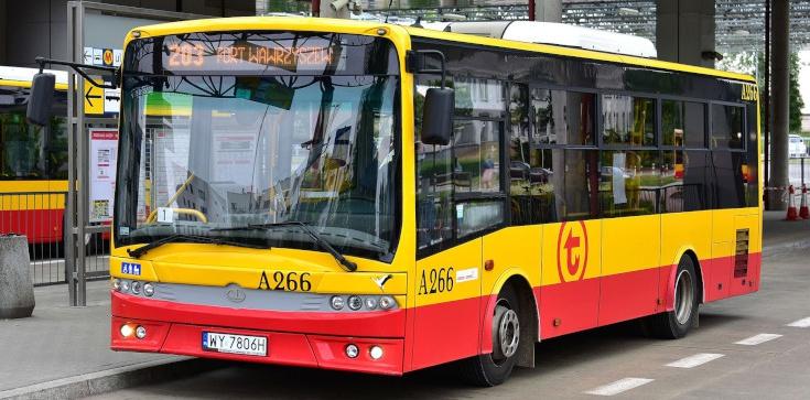 Co tam się dzieje?! Kolejny wypadek autobusu w Warszawie! Zderzył się z osobówką, kierowca w szpitalu - zdjęcie