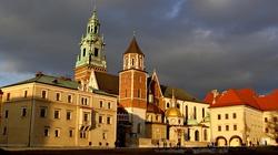 Jarosław Kaczyński odwiedził grób pary prezydenckiej na Wawelu - miniaturka