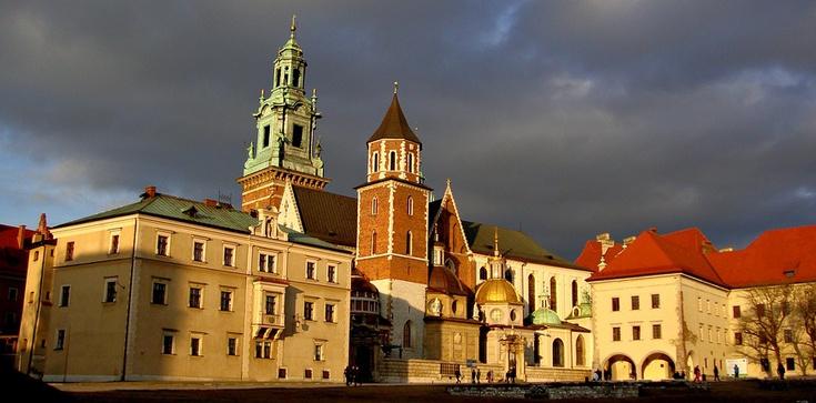 Jarosław Kaczyński odwiedził grób pary prezydenckiej na Wawelu - zdjęcie