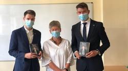 Skandal! Szkoła wyróżniła uczniów za pracę w kampanii PO. Nagrodą książka o prezesie PiS - miniaturka