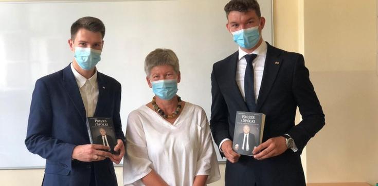 Skandal! Szkoła wyróżniła uczniów za pracę w kampanii PO. Nagrodą książka o prezesie PiS - zdjęcie