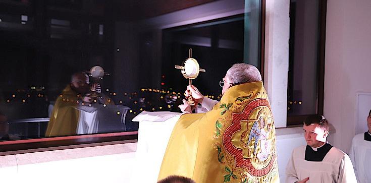 Abp Marek Jędraszewski pobłogosławił Kraków i Polskę Najświętszym Sakramentem - zdjęcie