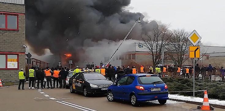 Ogromny pożar hali w Warszawie! Ewakuowano 100 osób - zdjęcie