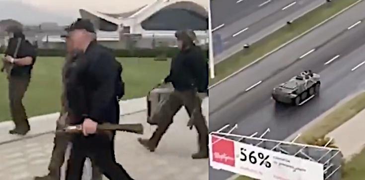 Na co szykuje się Łukaszenka? Przyleciał z karabinem w ręku. Na innym nagraniu widać wozy bojowe - zdjęcie
