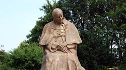 Toruń: Sprofanowano pomnik św. Jana Pawła II  - miniaturka