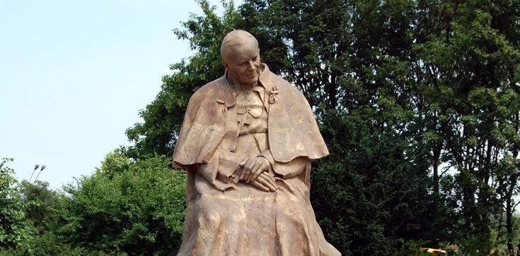 Toruń: Sprofanowano pomnik św. Jana Pawła II  - zdjęcie