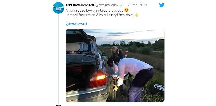 Trzaskowski chwali się zmianą koła. ,,Taśmą klejącą?''; ,,PR jak u Flinstonów'' - zdjęcie