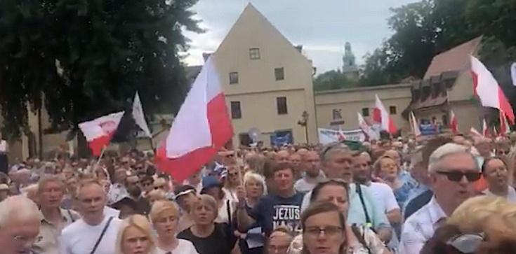,,Polska nie chce tęczowej zarazy''. TYSIĄCE Polaków na wiecu poparcia abp. Jędraszewskiego - zdjęcie