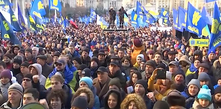 ,,Nie kapitulacji!''. Dziesiątki tysięcy Ukraińców na Majdanie w Kijowie. Określili ,,czerwone linie'' dla Zełenskiego - zdjęcie