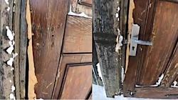 ,,Co trzeba mieć we łbie?!''. Porąbali drzwi kaplicy na Śnieżce. Radny pokazał zniszczenia - miniaturka