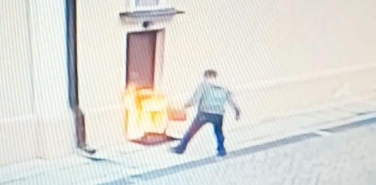 Kolejny efekt nagonki? Mężczyzna podpalił drzwi kościoła - zdjęcie