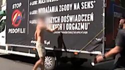 Aktywiści LGBT zablokowali furgonetkę fundacji ,,Pro''. Kaleta: Właśnie za takimi chuliganami biegała opozycja - miniaturka