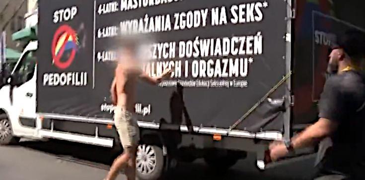 Aktywiści LGBT zablokowali furgonetkę fundacji ,,Pro''. Kaleta: Właśnie za takimi chuliganami biegała opozycja - zdjęcie