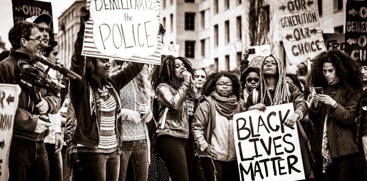 Istny rasizm!!! ,,The Guardian'' wzywa do płacenia czarnoskórym... za kolor skóry. Oczywiście z kieszeni podatnika - zdjęcie