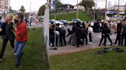 Białoruś: Brutalne zatrzymania protestujących - już 193 osoby. SZOKUJĄCE nagrania - miniaturka
