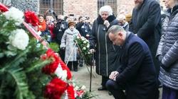 Rocznica wyzwolenia KL Auschwitz-Birkenau. Prezydent Andrzej Duda złożył wieniec przed Ścianą Śmierci - miniaturka