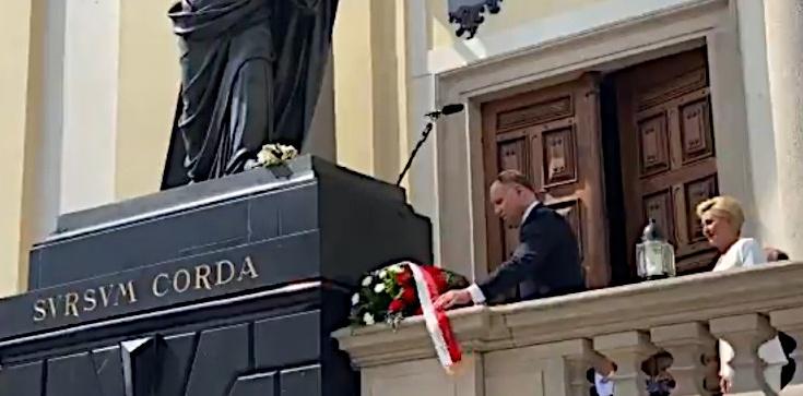 Piękny gest! Prezydent złożył kwiaty pod sprofanowaną figurą Chrystusa! - zdjęcie