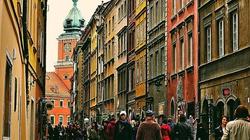 Precz z lockdownem! Tłumy Polaków na ulicach, kolejki przed restauracjami - miniaturka
