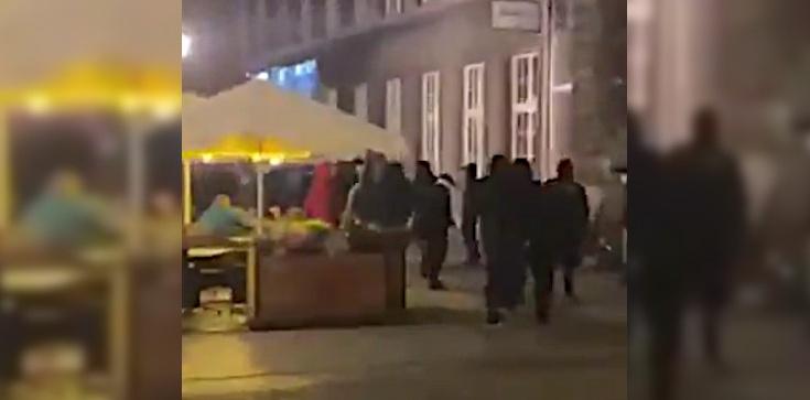 Gdańsk: Pseudokobice zaatakowali zagranicznych kibiców, którzy przylecieli na finał Ligi Europy - zdjęcie