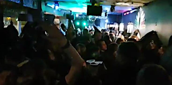 Impreza w centrum stolicy, a na niej: ,,J***ć PiS''. Na miejsce przyjechała policja i sanepid - zdjęcie