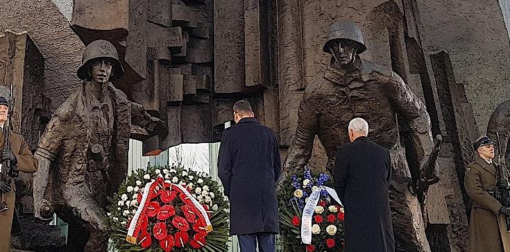 Morawiecki i Pence złożyli kwiaty przed pomnikiem Powstania Warszawskiego - zdjęcie